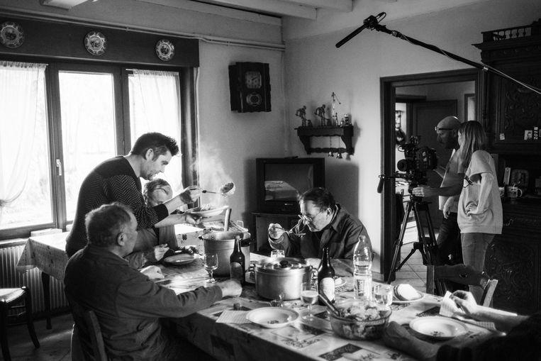 Terwijl Jeroen Meus de broers Verbaere vol-au-vent opschept, regisseert Kat Steppe haar cameraman. Niks wordt in scène gezet. Beeld Thomas Sweertvaegher