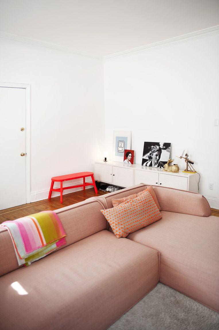 De roze bank is een ontwerp van Patricia Urquiola voor Moroso en 'de trots van het huis' van Jan Habraken en Alissia Melka-Teichroew. Jan: 'Het is een énorme bank, eentje die niet in elke New Yorkse woning past. Doordat hij vrij laag is, blokkeert hij de ruimte nauwelijks.' Het fluorode bankje erachter is van Tom Dixon. Beeld Els Zweerink