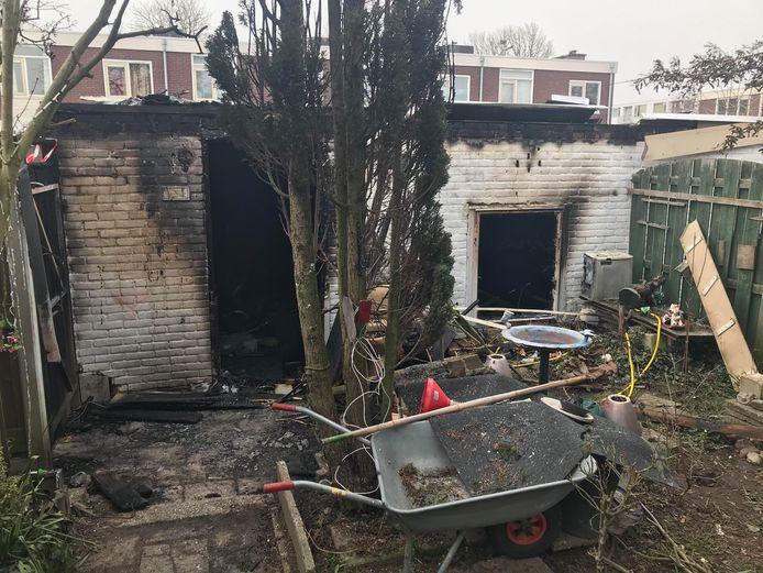 De afgebrande schuur en boom in de achtertuin van Hans Peters.