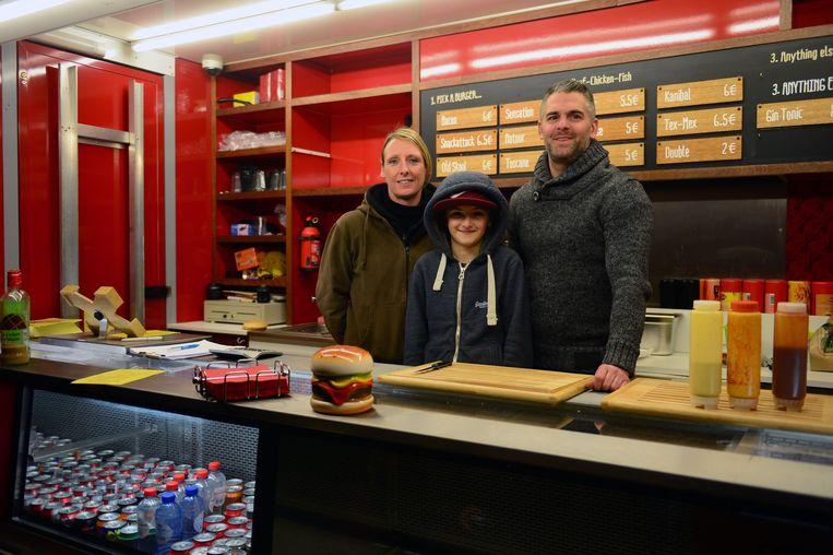 Bjorn en Cindy met zoontje Milan in 'Delicious Burgers'.