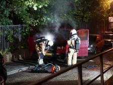 Brandweer redt crossmotor bij nachtelijke autobrand in Deventer