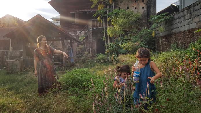 Esther Landa met haar twee kinderen in de tuin van hun biologische koffiezaak en restaurant in Dawei, in zuidelijk Myanmar.