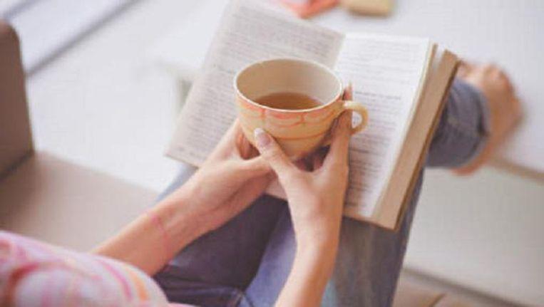 Een boek lezen met een lekkere kop koffie.