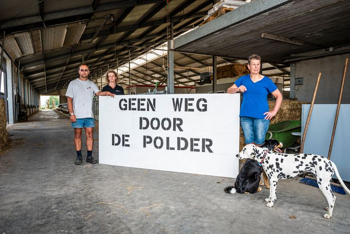 Plannen voor nieuwe weg bedreigen de boerderij met hypermoderne stal van Gert en Karin  van Ettikhoven en zus Lies van Ettikhoven (r).