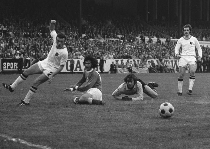 België tegen West-Duitsland tijdens het EK '72 op de Bosuil. Georges Heylens (l.) in duel met Gerd Müller. Christian Piot meet de schade op, terwijl Erwin Vandendaele toekijkt vanop de achtergrond.