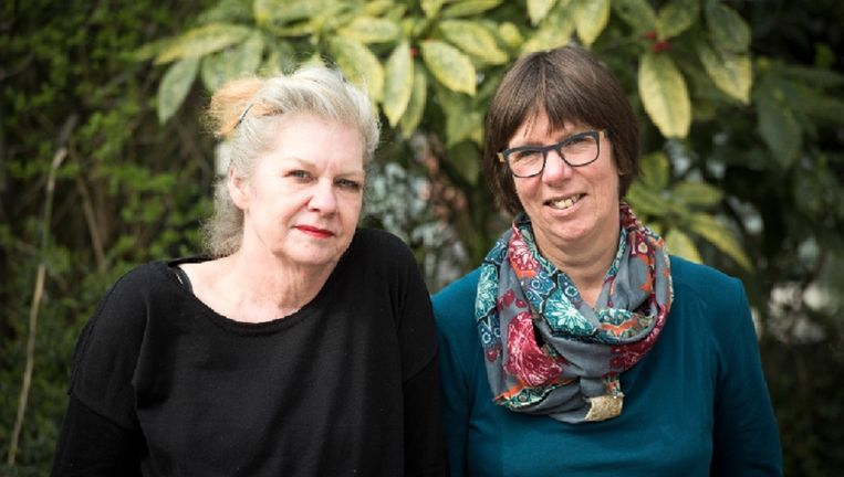 Kinderboekenschrijfster Bette Westera (r)en illustratrice Sylvia Weze. Beeld Chris van Houts