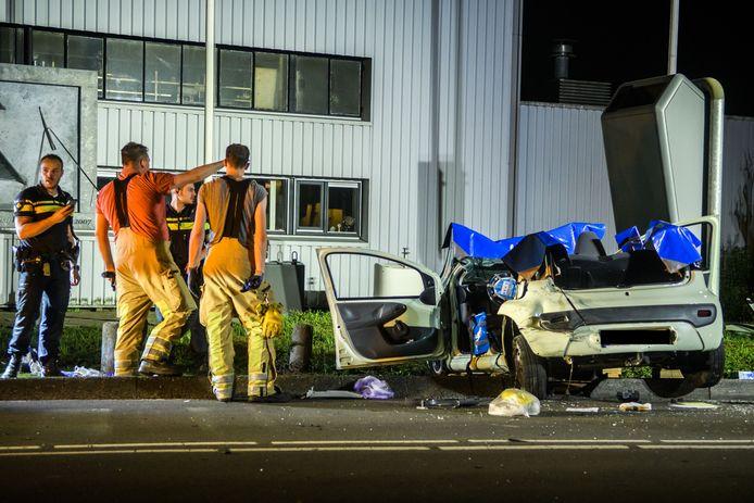 De auto werd door de brandweer opgeknipt zodat de gewonde automobilist kon worden bevrijd.