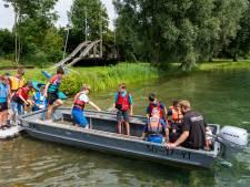 Regen spelbreker op Watergoed; deelnemers Ome Joop's Tour genieten na wolkbreuk in rubberboot