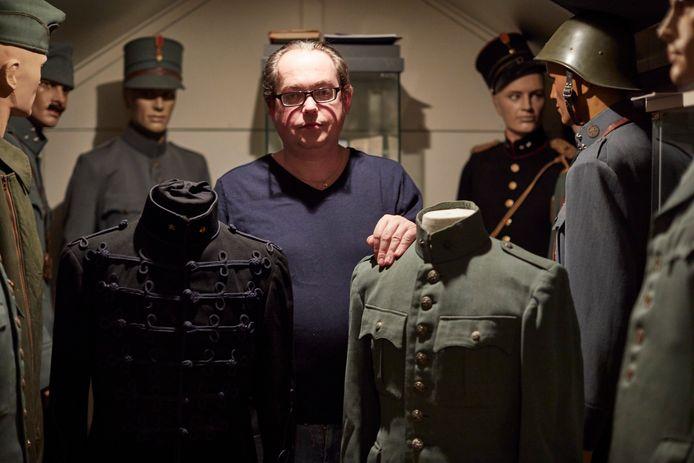Bert-Jan Dierink uit Diepenheim heeft twee uniformjasjes van verzetsman Rengers Hora Siccama.