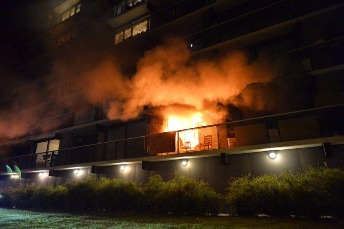Er ontstond zaterdagavond brand in een flatgebouw aan de Gentiaanstraat in Apeldoorn.