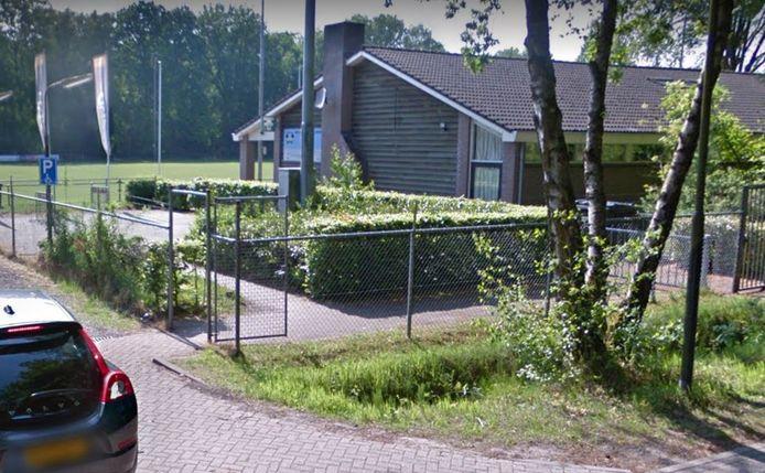 Het clubgebouw van rugbyclub Oisterwijk Oysters, aan de overzijde van het asielzoekerscentrum aan de Scheibaan