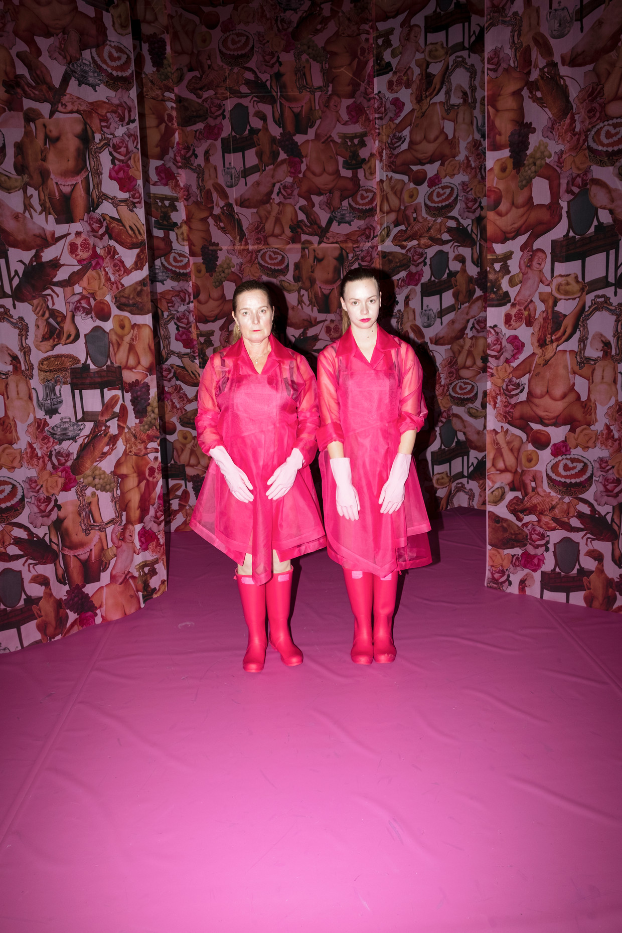Manja Topper (links) en Marloes IJpelaar in kostuums van Bas Kosters, na de voorstelling De meiden van Dood paard.  Beeld Marc Deurloo