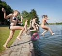 Op zoek naar verkoeling in De Kuil bij Prinsenbeek. foto joyce van belkom/pix4profs Meiden springen samen in het water in De Kuil in Prinsenbeek.