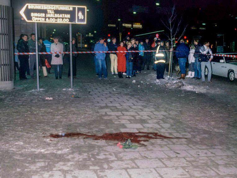 Bloed en enkele rozen op 1 maart 1986 op de plaats van de moord. Beeld EPA