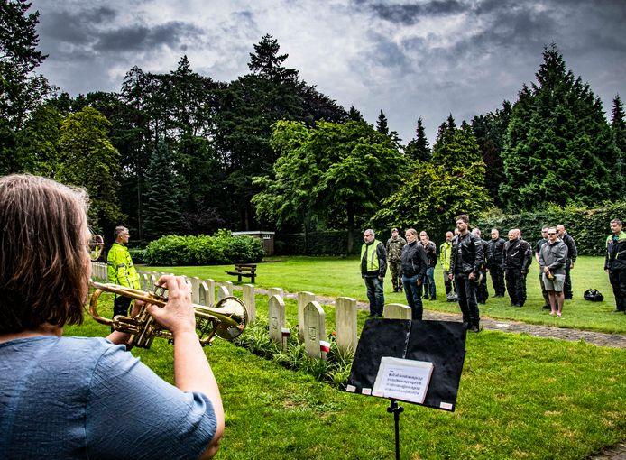 Terwijl trompettiste Daniëlle Deleij de Taptoe speelt, brengen de EOD'ers hun eerbetoon aan de drie in 1945 gesneuvelde militairen. Links majoor Van Rooij.