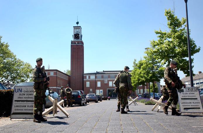Militaire oefening bij gemeentehuis Gilze en Rijen oogst veel bekijks