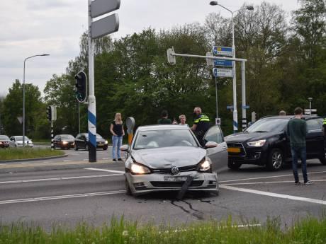 Ongeluk met twee auto's op kruising in Doetinchem, inzittenden komen met de schrik vrij