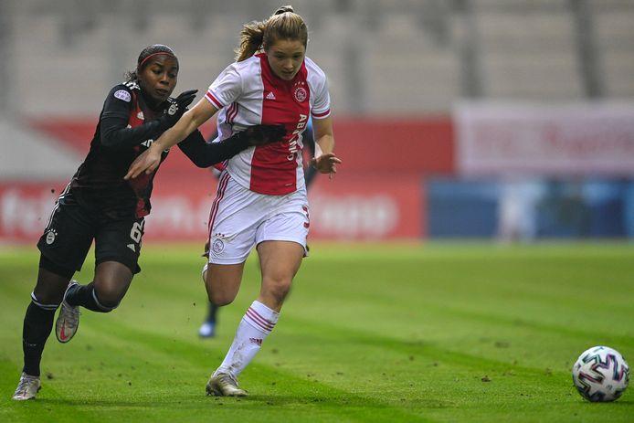 Lineth Beerensteyn van Ajax duelleert met  Ajacied Jonna van de Velde.