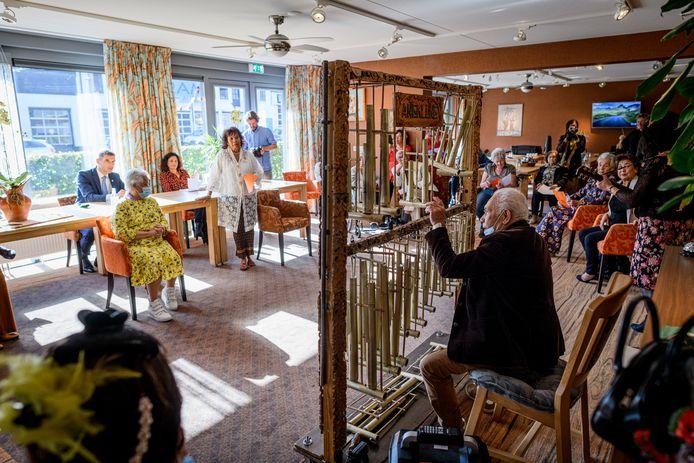 Staatssecretaris Blokhuis (l) luistert in Residentie Buitenzorg naar de Indische klanken van de anklung.