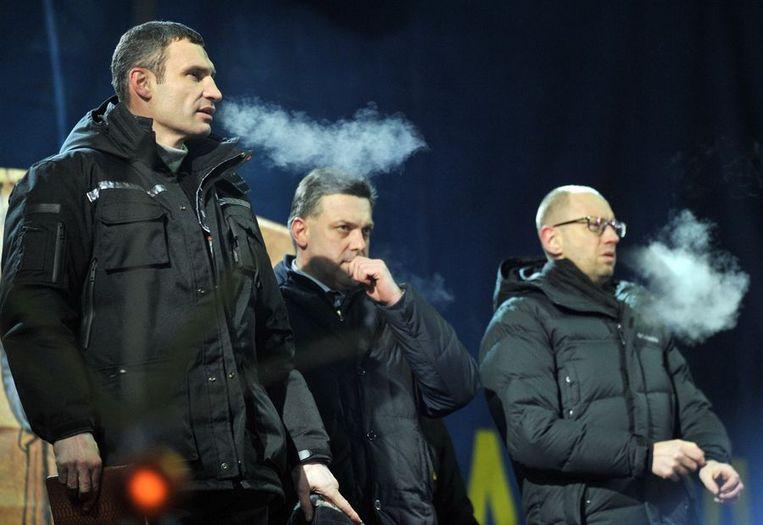 Klitsjko naast Oleg Tijagnibok en Arseni Jatsenjoek. Beeld afp