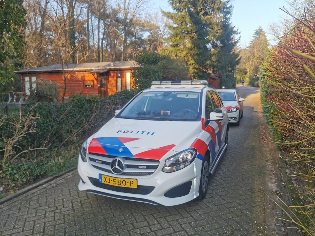 De politie is op de camping waar een dode is aangetroffen in Lunteren.