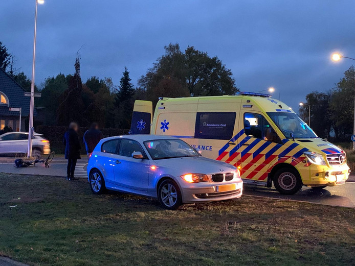 Fietsster gewond naar het ziekenhuis na aanrijding op rotonde in Oldenzaal
