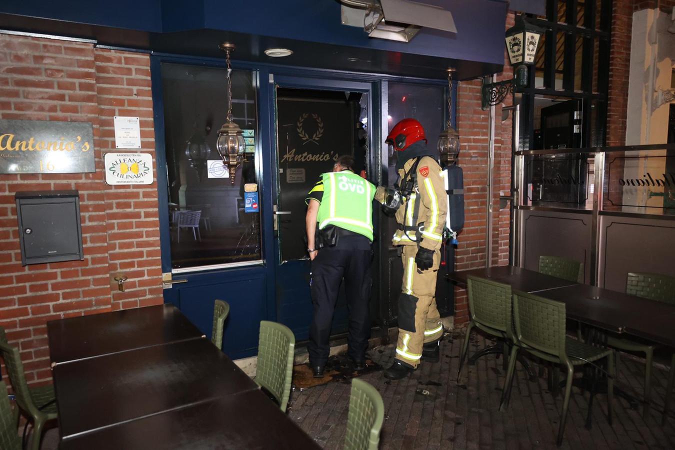 Met een moker is de ruit in de toegangsdeur van restaurant Antonio's ingeslagen om vervolgens een brandbare vloeistof naar binnen te gieten. De schade bleef beperkt.