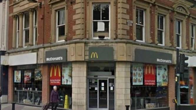 """McDonald's gooit lesbisch koppeltje buiten wegens """"ongepaste kus"""""""