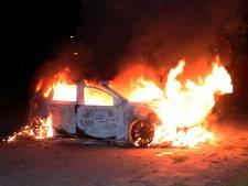 Auto gaat in vlammen op in Waalwijk, voertuig vermoedelijk gestolen
