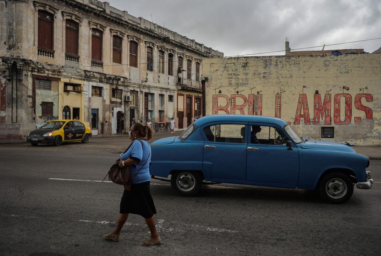 Als Cuba weer eens opduikt in het nieuws, worden daarbij steevast dezelfde, clichématige beelden getoond van vlaggen, oldtimers en vervallen gevels.  Beeld AFP