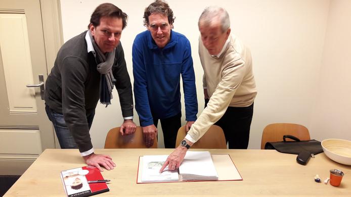 John Vester (l), Ton Kroes en Toine van Es van de groep Van A58 naar Beter gebogen over tekeningen voor verbreding van de A58 tussen St. Annabosch en Galder.