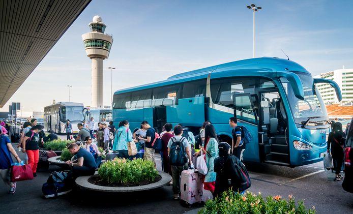 Reizigers bij luchthaven Schiphol.