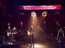 Zanger Milow eert zijn overleden vriend en drummer Oscar Kraal tijdens het Haags Bevrijdingsfestival