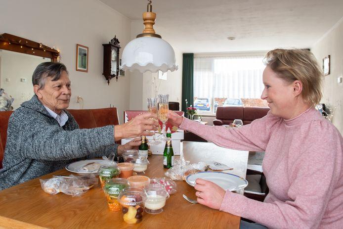 Ramona Kanters heeft een kerstlunch voor haar voormalige buurman Loek Nicolai.