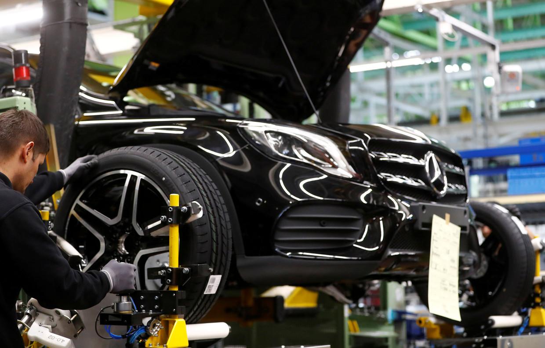 Een arbeider aan de slag aan de productielijn van Mercedes Benz in de Daimler-vestiging in Rastatt. Beeld REUTERS