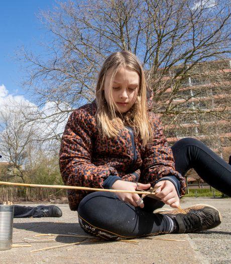 Basisschoolleerlingen in Ede en Wageningen bouwen bijenhotels: 'Ik vind het leuk om dingetjes te doen voor het milieu'