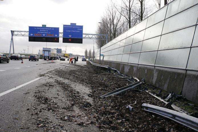 Ongeval op A16 waarbij de BMW twee wielen verloor.