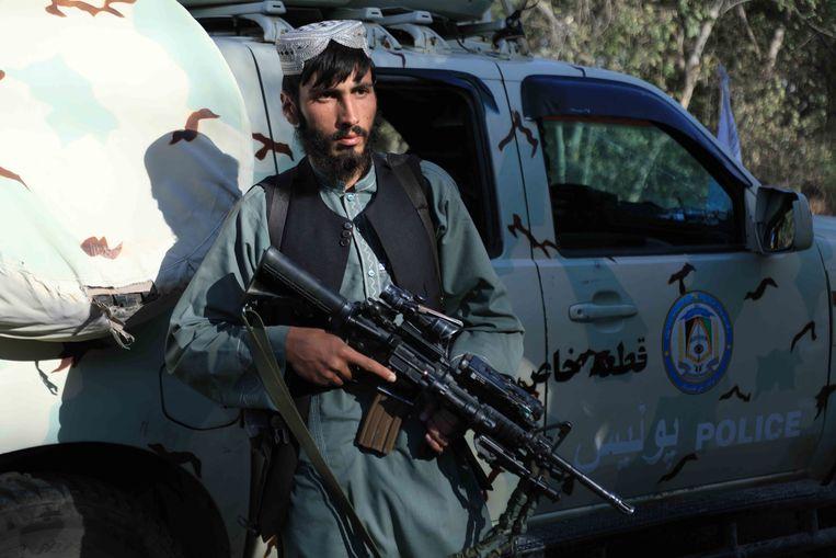 Een Talibanstrijder bij in beslag genomen wapentuig van Afghaanse veiligheidstroepen.  Beeld EPA
