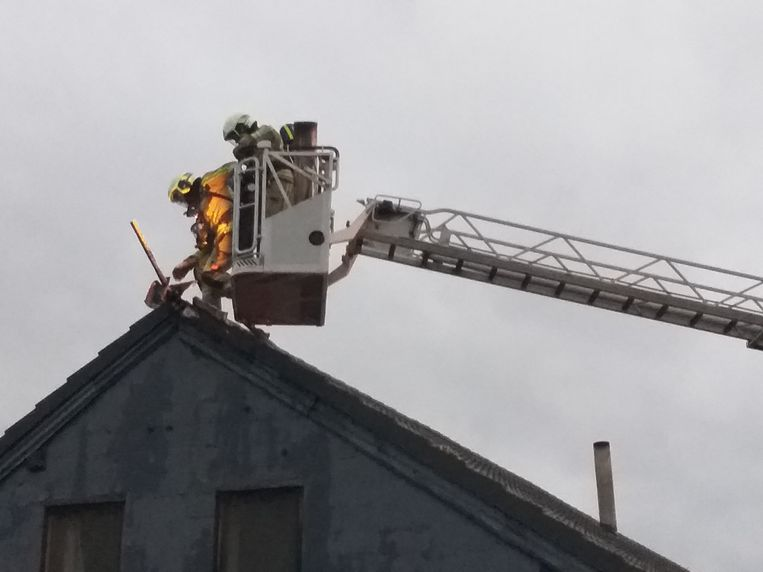 Brandweerlui blusten de dakbrand verder