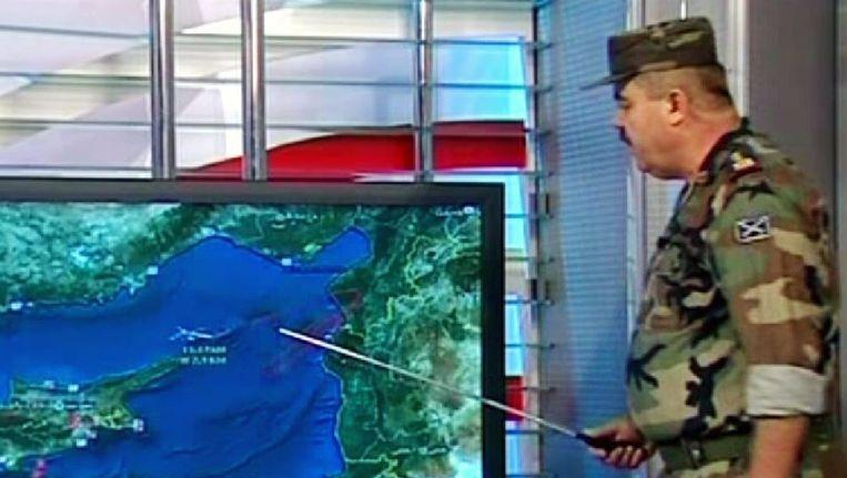 Een Syrische militair geeft aan de hand van een kaart uitleg over het neergeschoten Turkse vliegtuig Beeld ANP