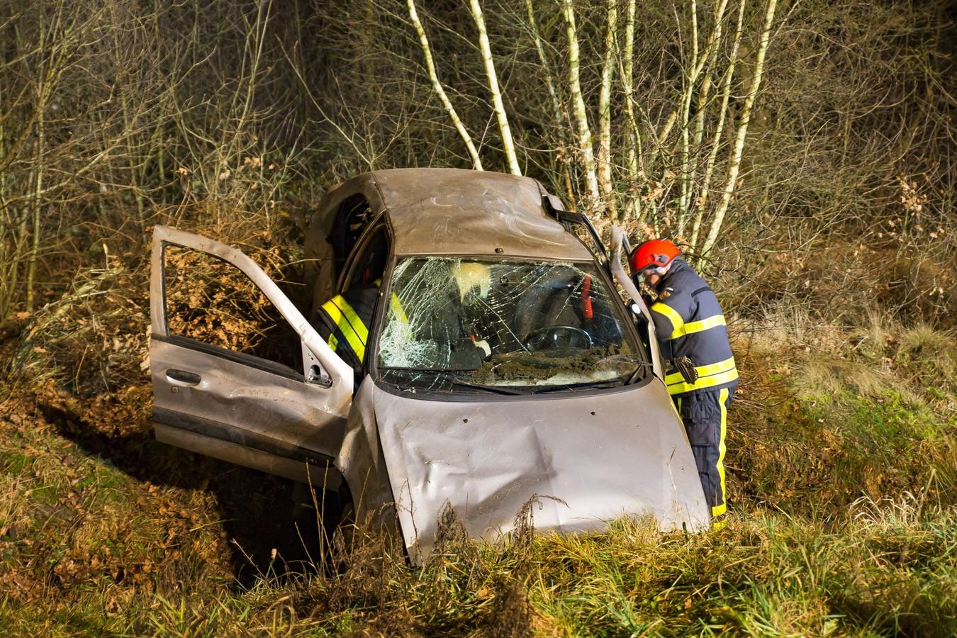 De auto belandde in een sloot langs de A27.