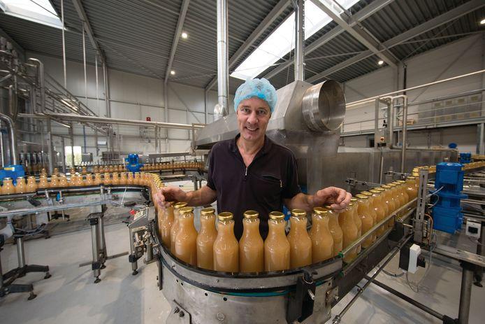 Roel Vermeulen in gelukkigere tijden bij de bottelmachine van Flevosap in Biddinghuizen.