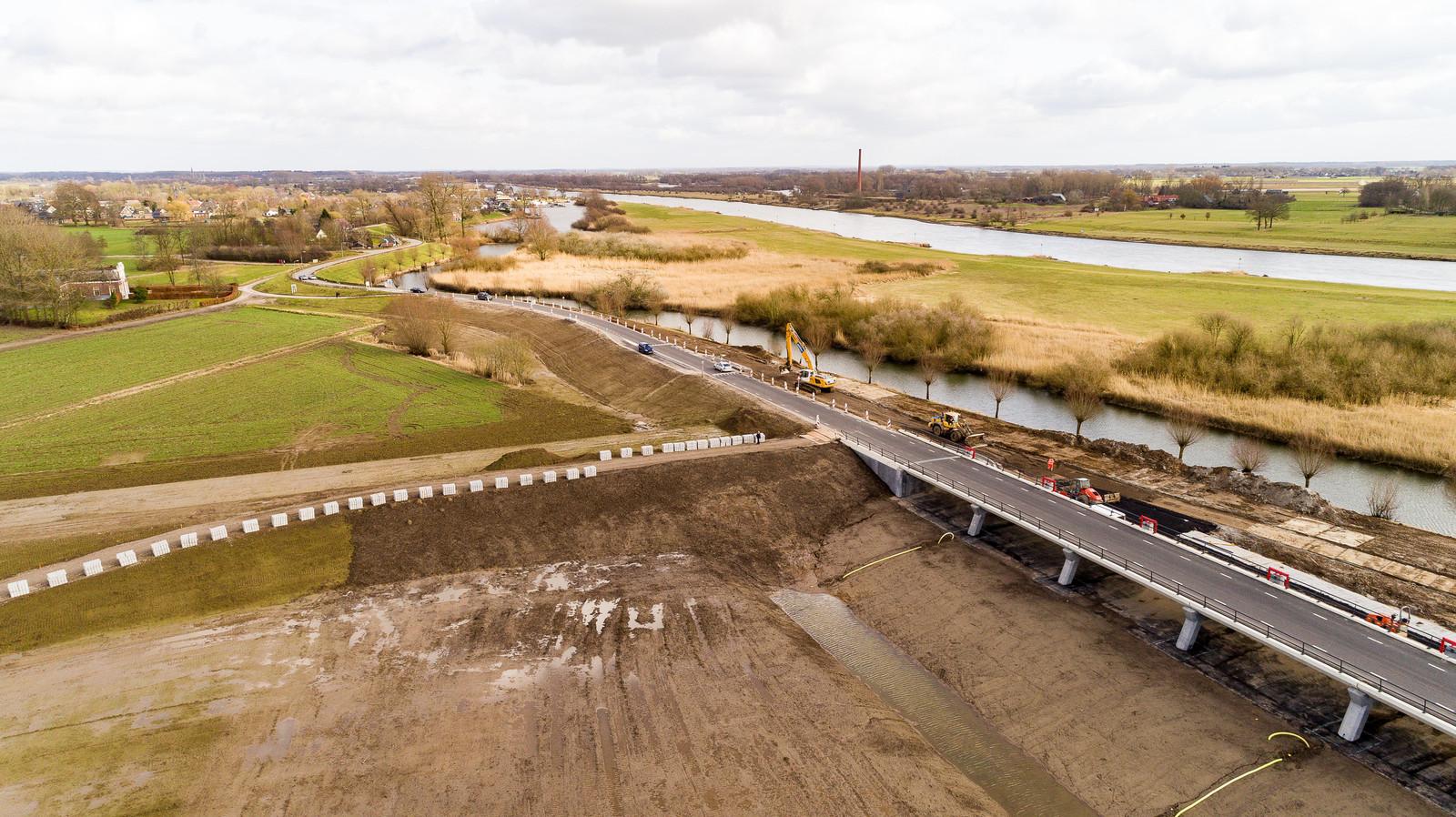 VEESSEN / HEERDE - Aanleg viaduct met inlaatkleppen in hoogwatergeul. ©Wilbert Bijzitter