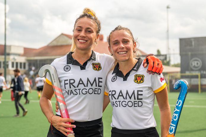 Julieta Jankunas en Victoria Sauze poseren na hun debuutwedstrijd voor Victoria.