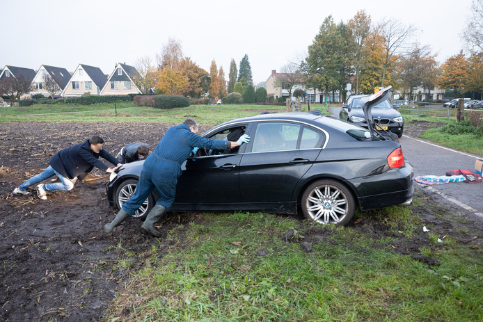 Auto's muurvast in de modder:het is een veelvoorkomend tafereel aan het Bremeentje tussen Baarn en Soest.