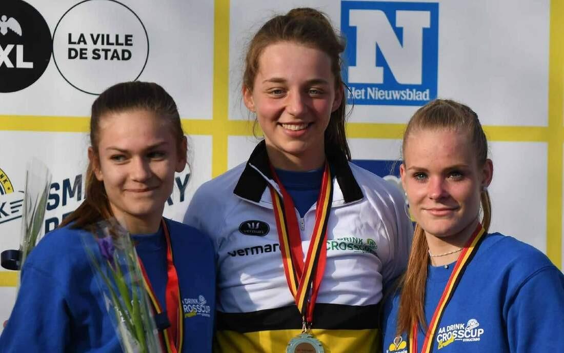 Febe Triest (midden) met goud op het BK cross bij de juniores in 2019.
