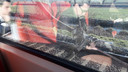 Een brokstuk van de kabel hangt voor het raam van de eerste klasse