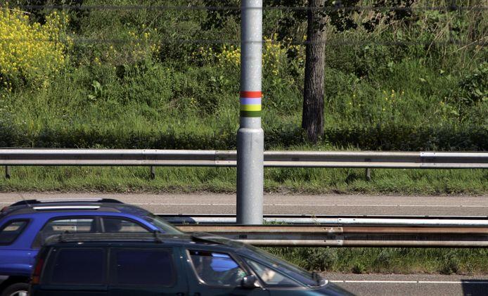 De stickers - kosten 75 euro per stuk - moeten automobilisten bewuster maken van hun omgeving.