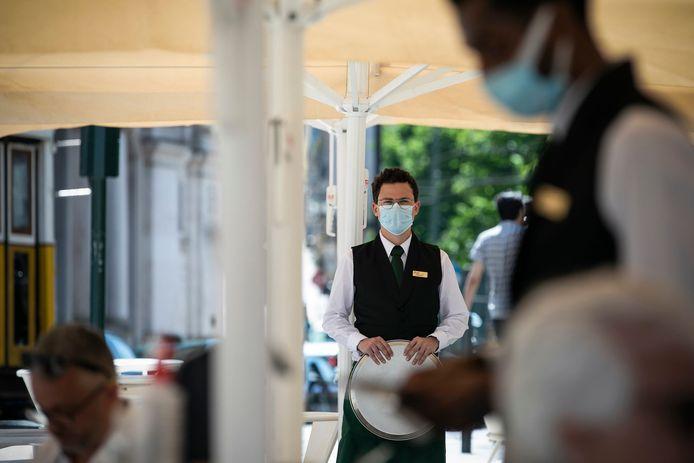 Serveur portant un masque au Portugal