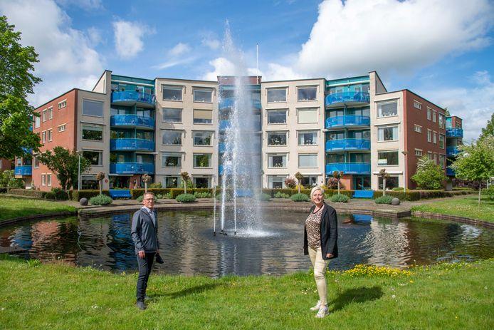 Raadsleden Marc Konings (l.) en Corrie Jansen van Gemeentebelang voor appartementengebouw Poort van 't Hul. De politici pleiten voor meer soortgelijke hoogbouw in Nunspeet, om zo het woningtekort terug te dringen.
